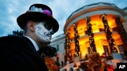 Seorang tamu undangan pesta Halloween di Gedung Putih, 28 Oktober 2018. (Foto: AP)