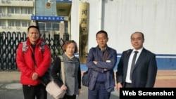 幸清贤的律师冉彤(左一)和唐志顺的律师等人不懈努力寻找当事人(冉彤律师微博图片 )