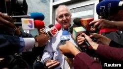 Antonio Ledezma, chef de l'opposition vénézuélienne, à son arrivée à Bogota, en Colombie, le 17 novembre 2017.
