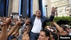 یحیی قلاش، مدیر اتحادیه خبرنگاران قاهره، در تظاهراتی علیه محدودیت ها علیه رسانه ها در مصر
