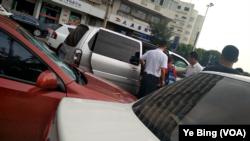 中國知名維權人士吳淦在天津受審,法院外聲援者被塞進車帶走。 (美國之音記者葉兵拍攝)