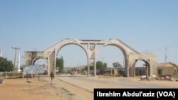 Kofar shiga garin Mubi a Jihar Adamawa a bayan da aka kori 'yan Boko Haram daga cikin garin