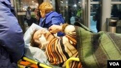 Petugas paramedis membawa salah satu korban yang terluka meninggalkan bandara Domodedovo, Senin (1/24).