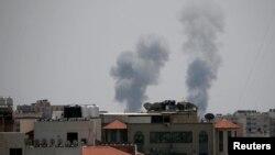 اسرائیلی فضائی حملوں کے بعد کئی مکانوں سے دھواں اٹھ رہا ہے۔29 مئی 2018