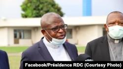 Cardinal Fridolin Ambongo (D) pene na Abbé Donatien Nshole, kalaka mokonzi ya CENCO nsima na bokutani na président Félix Tshisekedi na N'Sele, Kinshasa, 20 avril 2020. (Facebook/Présidence RDC)