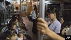 지난달 10일 평양 지하철의 북한 주민들. (자료 사진)