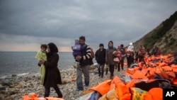 Refugiados y migrantes en un playa de la isla griega de Lesbos, después de cruzar el Mar Egeo, desde Turquía en una frágil embarcación. Foto de archivo.