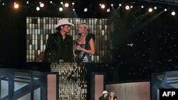 Keri Andervud i Bred Pejzli bili su voditelji ceremonije u Nešvilu, 10. novembra 2010.