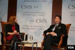 台湾驻美代表沈吕巡与战略国际中心研究员葛来仪讨论台湾报告(美国之音钟辰芳拍摄)
