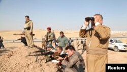 Các chiến binh người Kurd tham gia vào một cuộc triển khai an ninh cao độ chống lại Nhà nước Hồi giáo ở Khazer, 8/8/2014.