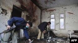 Cảnh sát quan sát hiện trường sau vụ tấn công tự sát tại trạm cảnh sát ở Peshawar