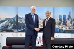 美国在台协会主席莫健2019年10月18日在高雄会见韩国瑜。(照片由高雄市政府提供)