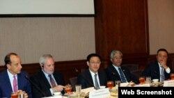 Phó Thủ tướng Vương Đình Huệ (giữa) làm việc với Lãnh đạo Phòng Thương mại Hoa Kỳ. Ảnh: VGP