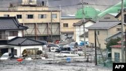 Plimski talas koji se javio posle zemljotresa u Japanu poplavio je mnoga priobalna područja, uključujući Kesenuma, u okrugu Mijagi
