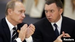 Foto de 2006 del presidente ruso Vladimir Putin junto al magnate Oleg Deripaska, propietario de Rusal, una de las empresas sancionadas por Estados Unidos.