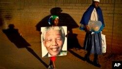 Lehlogonolo Nkosi, 7 tuổi, và bà trở về sau khi đến cổng bệnh viện để cầu chúc cho ông Mandela hồi phục