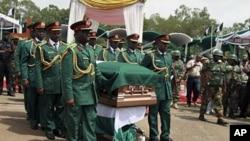 Binh sĩ mang quan tài của Trung Tá Odumegwu Ojukwu trong lễ an táng truyền thống ở Nigeria, 1/3/2012