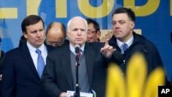 Lời kêu gọi của hai Thượng nghị sĩ McCain (giữa) và Murphy (trái) được hưởng ứng bởi các giới chức chính phủ của Anh, Đức và các nước khác.