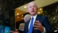 Jeff Sessions fue el que promovió una enmienda a la Constitución para quitar la ciudadanía a niños de padres indocumentados.