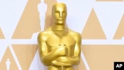 """ທ່ານ ນໍຣມັນ ກິມໂບລ໌ ໄດ້ຊະນະລາງວັນ ຕຸກກະຕາຄຳ ອອສກາ (Oscar) ສຳລັບເພງສະບັບດັ້ງເດີມ ທີ່ເອີ້ນວ່າ """"Norma Rae"""" ໃນປີ 1980."""