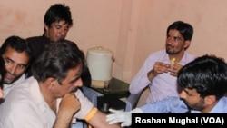 پاکستانی کشمیر کے ایک اسپتال میں مریضوں کے خون کے ںمونے حاصل کیے جا رہے ہیں۔ فائل فوٹو