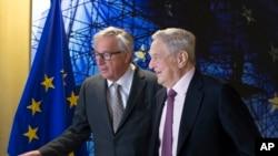 歐盟主席容克(左一)在歐盟首腦會議召開前夕歡迎開放社會基金會主席喬治·索羅斯。