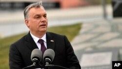 El primer ministro húngaro, Viktor Orban, pronunció un discurso en la inauguración del monumento al fallecido expresidente polaco Lech Kaczynski y víctimas de un accidente aéreo en Budapest, Hungría, el viernes, 6 de abril, de 2018.
