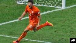 멕시코와의 16강전에서 네덜란드의 클라스 얀 훈텔라르 선수가 승패를 결정지은 페널티킥에 성공한 뒤 기뻐하고 있다.