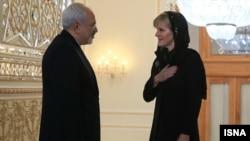 Menlu Australia, Julie Bishop (kanan) mengadakan pembicaraan dengan Menlu Iran Javad Zarif yang berkunjung ke Canberra.