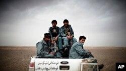 Tentara Amerika membantu tentara nasional Afghanistan. (Foto: Dok)