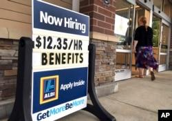 Supermarketdə iş elanı – saatı $12.35. Salem, Nyu Hempşir ştatı. Hazırda bütün ABŞ boyu vakansiyaların sayı işsizlərin sayından çoxdur.