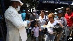 Hiperinflasi setiap bulan mendorong jutaan Venezuela warga lari ke luar negeri, terutama ke Kolombia, untuk berusaha keluar dari kemiskinan (foto: dok).