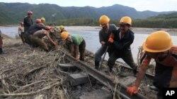 지난 16일 북한 노동자들이 최근 홍수 피해를 입은 함경북도 간평역과 신정역 사이 구간 철로를 복구하고 있다.