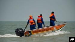 말레이시아 서부 해상에서 19일 선박이 침몰해 35명이 실종된 가운데, 구조요원들이 현장으로 향하고 있다.