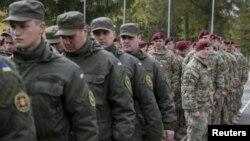 Військовослужбовці 173-ї повітряно-десантної бригади тактичної групи армії США та українські нацгвардійці на церемонії відкриття спільних навчань «Фірлес Ґардіан-2015». Яворівський полігон, 20 квітня 2015 року