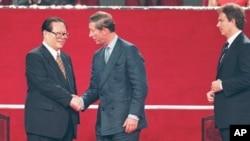 资料照:中国国家主席江泽民、英国王储查尔斯和首相布莱尔参加香港主权移交仪式。(1997年7月1日)