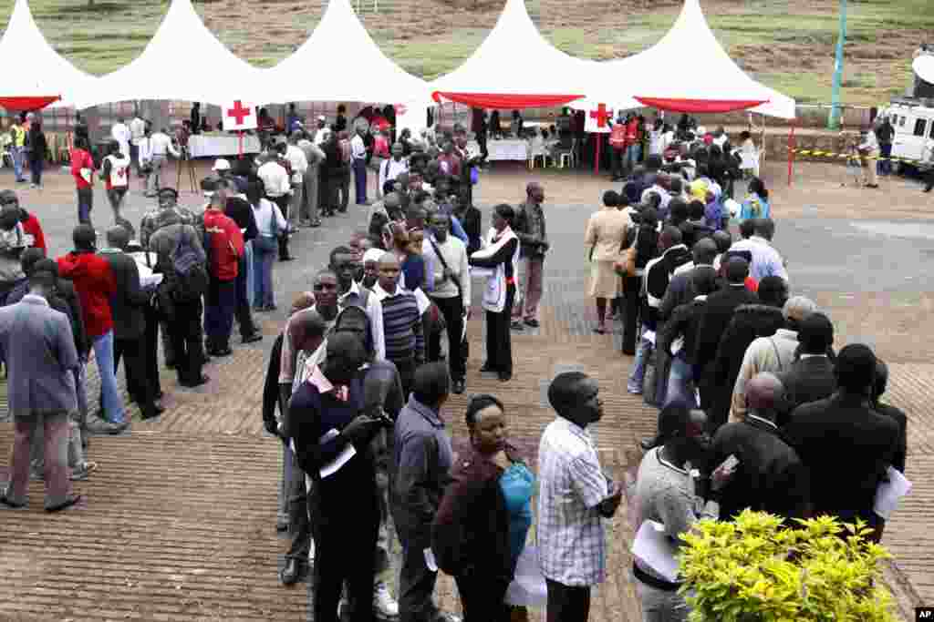 Kenyans line up to donate blood for those injured in Saturday's terrorist attack on a shopping mall, at Uhuru Park in Nairobi, Kenya.