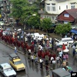 身穿番红花色袈裟的僧人上街游行。