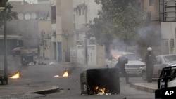 图为巴林防暴警察2月16日向居民区发射催泪弹资料照