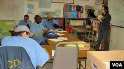 """Professor Sookyoung Lee sedang mengajar pelajaran """"berpikir kritis"""" pada para napi di penjara San Quentin, California (foto: dok.)."""