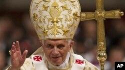 教宗本篤十六2011年12月24日聖誕子夜彌撒後在聖伯多祿大殿降福教友