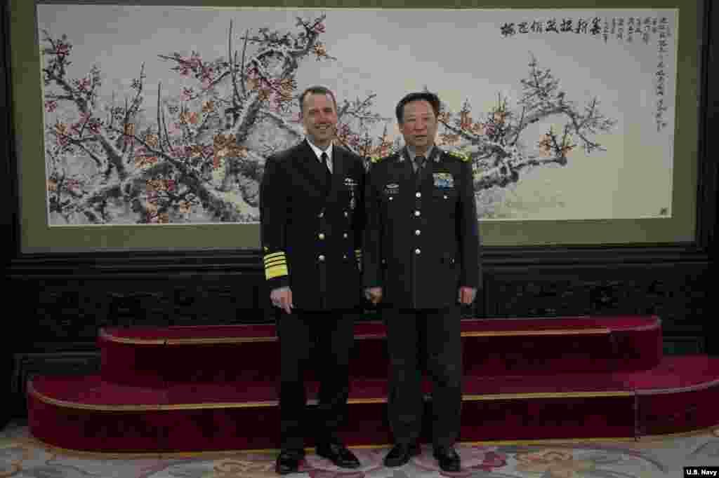 """美国海军作战部长理查森上将2019年1月15日与中国军委联合参谋部参谋长李作成上将在北京八一大楼合影(美国海军图片)。李作成说,台湾问题是中国内政,不容外来干涉,""""如果有人要将台湾从中国分裂出去,中国军队将不惜一切代价维护祖国统一""""。理查森说,美国反对北京或台北采取任何单边行动,""""我们仍然反对任何一方采取改变现状的任何单边行动。"""""""