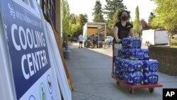 Volonteri donose vodu u Portlandu u Oregonu. (Foto: AP /Gillian Flaccus)