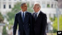 Le président Barack Obama et le vice-président Joe Biden lors de leur visite au mémorial des victimes de la fusillade de la boîte de nuit Pulse, 16 juin 2016 Orlando, en Floride. (AP Photo / Pablo Martinez Monsivais)