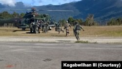 Proses evakuasi prajurit TNI Yonif Raider 400/BR yang ditembak Kelompok Separatis Bersenjata (KSB), Jumat, 22 Januari 2021. (Courtesy: Kogabwilhan III).
