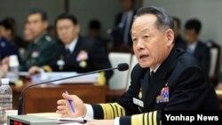 최윤희 한국 합참의장이 13일 오전 서울 용산구 국방부에서 열린 국회 국방위원회의 국정감사에서 의원들의 질의에 답하고 있다.