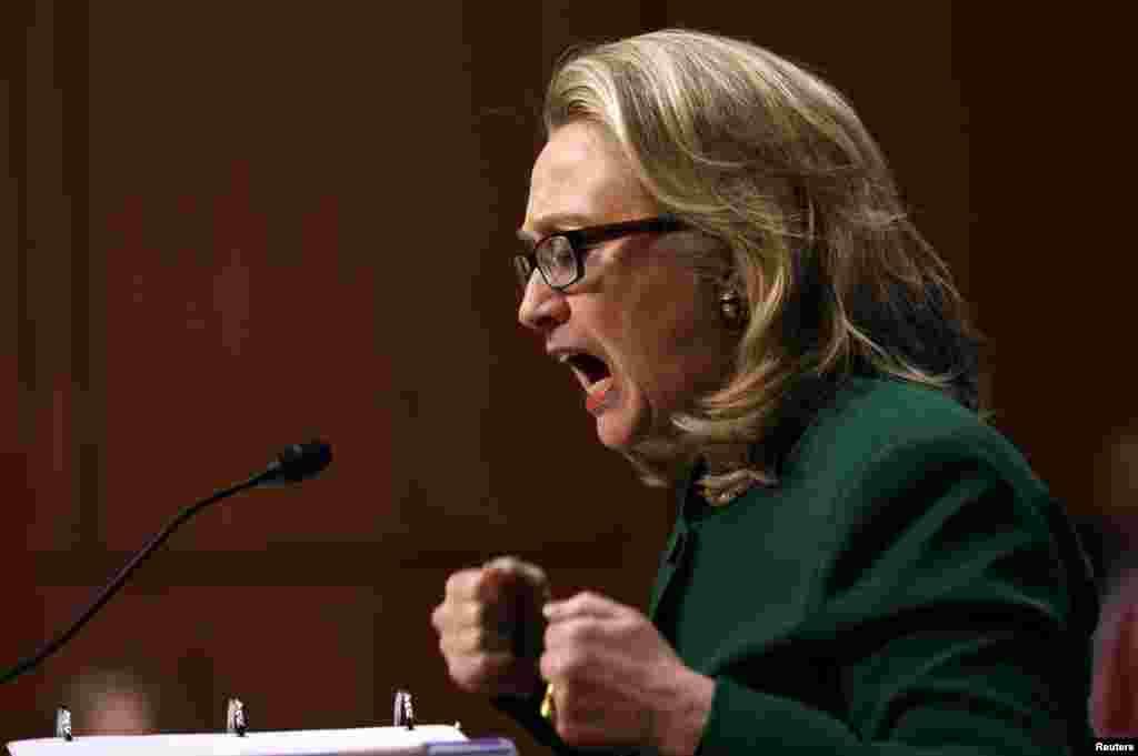 Ngoại trưởng Hoa Kỳ Hillary Clinton đấm tay lên bàn khi trả lời các câu hỏi dồn dập của các thượng nghị sĩ về vụ lãnh sự quán Mỹ ở Benghazi, Libya, bị tấn công. (Reuters)