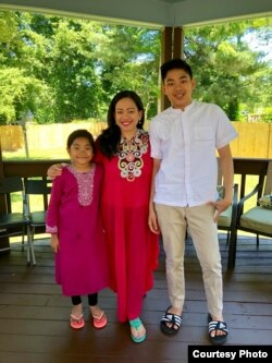 Warga Indonesia di Virginia, Quatrina Amirullah (tengah) bersama dua anaknya (Dok: Quatrina Amirullah)