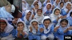 Remaja-remaja puteri Pakistan berdoa bersama bagi kesembuhan aktivis Malala Yousufzai yang ditembak oleh kawanan bersenjata Taliban di Lembah Swat, Pakistan.