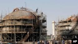 Công nhân sửa chữa một cơ sở dầu bị hư hại trong một vụ tấn công ở Abqaiq, gần thành phố Dammam ở Tỉnh Đông của của Ả-rập Saudi, ngày 20 tháng 9, 2019.